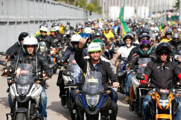 Jair Bolsonaro durante passeio de moto na cidade do Rio de Janeiro
