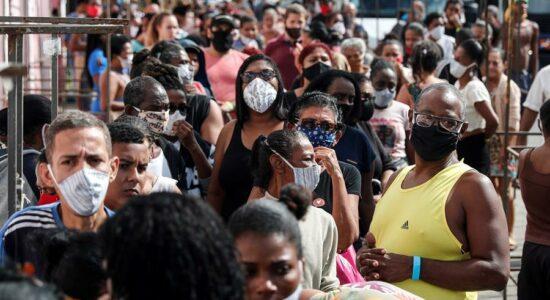 Brasil tem queda de 24% na média de mortes por Covid