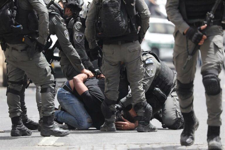 Polícia israelense prende um palestino no Portão do Leão