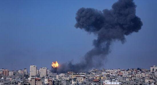 Fumaça e chamas saõ vistas após ataque aéreo israelense no norte da Faixa de Gaza