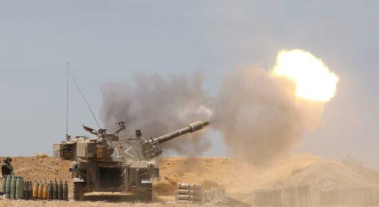 Artilharia israelense em ação no confronto contra o Hamas