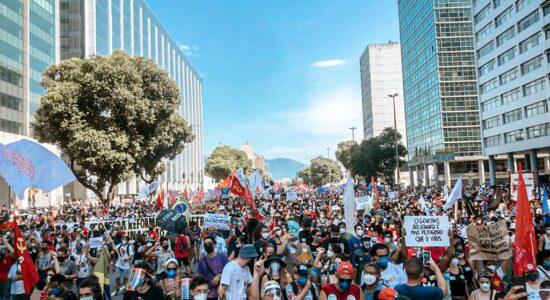 Manifestação no Rio de Janeiro teve aglomeração e fechamento de importantes vias no Centro da cidade