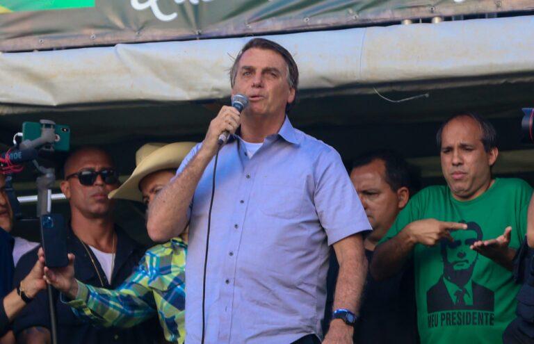 Ato em apoio a Jair Bolsonaro reúne multidão em Brasília