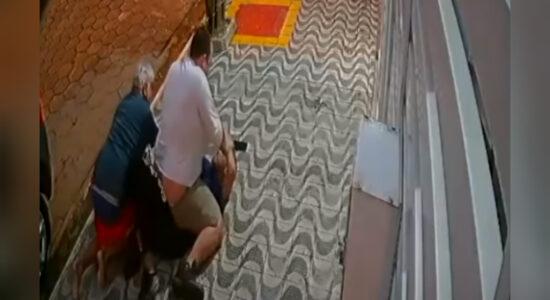 Vídeo: Moradores de condomínio imobilizam assaltante em SP