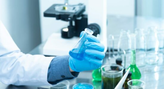 Cientistas não descartam origem do vírus em laboratório