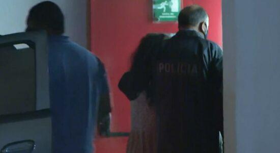 Após surto, mãe é indiciada por assassinar filho de 3 anos