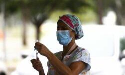 Vacinação drive-thru contra a covid-19 no Parque da Cidade, em Brasília.