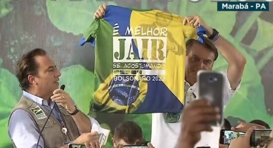 Bolsonaro com camisa recebida de apoiadores