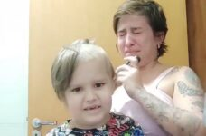 Mãe chora ao raspar cabeça de filho de 6 anos para tratamento #ForçaChico