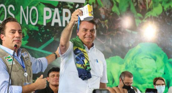 Presidente Jair Bolsonaro recebe presentes de apoiadores no Pará
