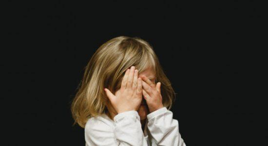 criança envergonhada, timidez