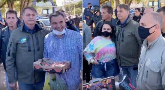 Jair Bolsonaro cumprimenta apoiadores em passeio de moto