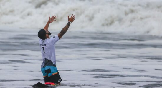 italo ferreira celebra ao ganhar medalha de ouro no surfe masculino