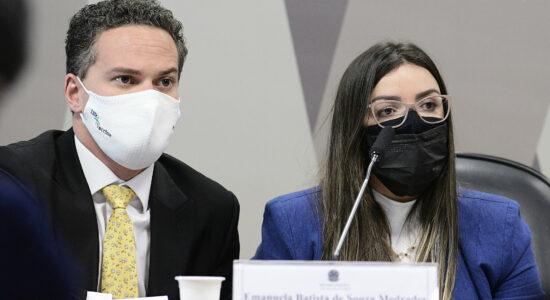 advogado da depoente, Ticiano Figueiredo; diretora técnica da Precisa Medicamentos, Emanuela Batista de Souza Medrades