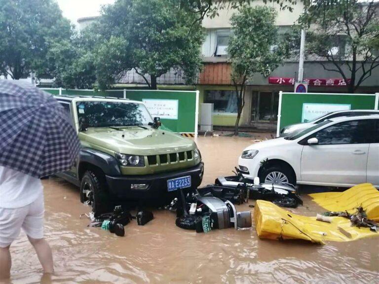 Chuva inundou estradas, ferrovias, metrôs e interrompeu as operações no aeroporto