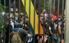 Público aglomerado na entrada do Maracanã