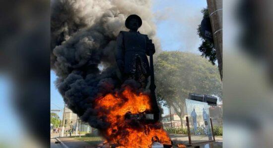 Monumento de Borba Gato foi incendiado por grupo de 20 pessoas