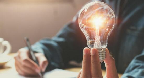 nova-ideia-e-conceito-criativo-para-mao-de-mulher-de-negocios-segurando-a-lampada_34152-650