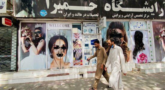 Uma foto dos pôsteres desfigurados de modelos nas paredes de um salão de beleza em Cabul