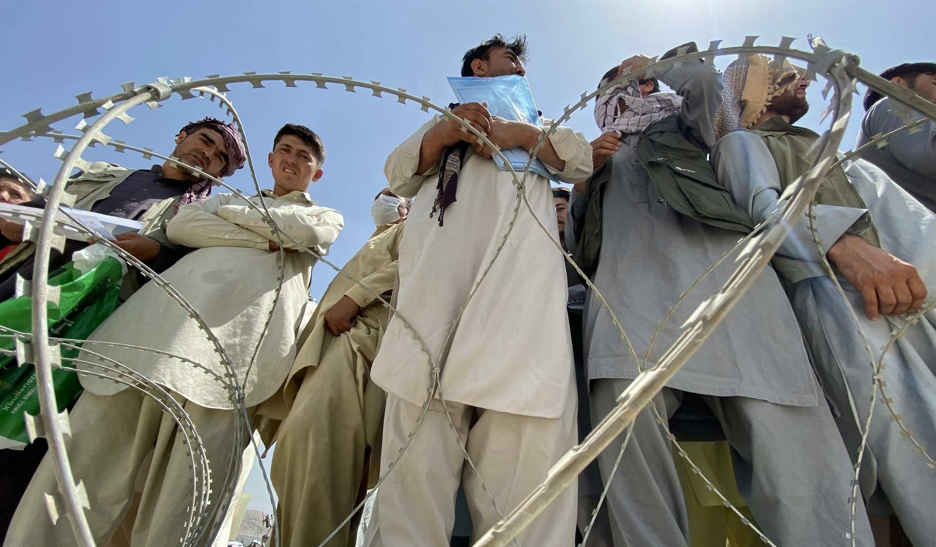 Grupo de afegãos no aeroporto de Cabul