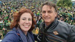 Deputada Carla Zambelli ao lado do presidente Jair Bolsonaro em Florianópolis