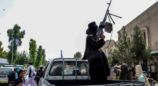 Talibãs ostentam armas e equipamentos dos EUA