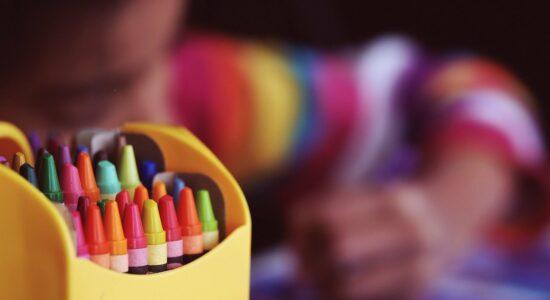 Criança giz de cera, arco-iris, colorido, lgbt