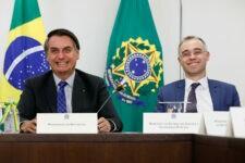 Presidente Jair Bolsonaro ao lado de André Mendonça