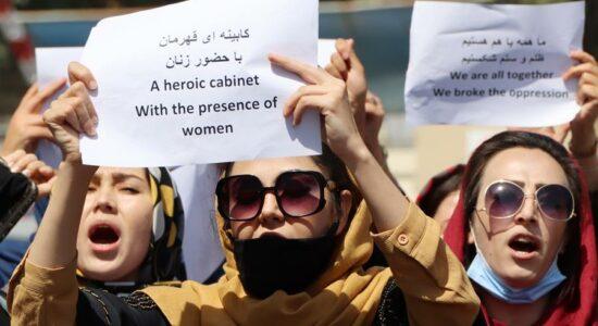 Mulheres afegãs exigem a garantia de seus direitos e participação no novo governo