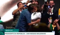 Presidente Jair Bolsonaro beijou Michelle Bolsonaro na CPAC