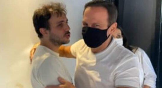 João Doria abraça Renan Santos, um dos líderes do MBL