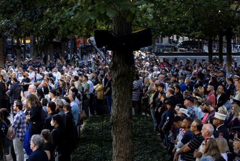 Participaram da cerimônia, autoridades do país e familiares das cerca de 3 mil vítimas