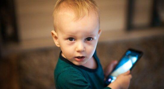 Filhos largados na frente da TV ou do celular são presas fáceis da doutrinação