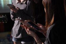 Cristãos são presos por vender Bíblias em áudio na China, diz organização