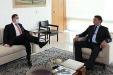 Ministro Luís Roberto Barroso ao lado do presidente Jair Bolsonaro