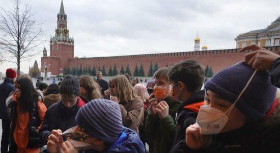 Rússia enfrenta alta nos casos de infecção e morte por Covid-19