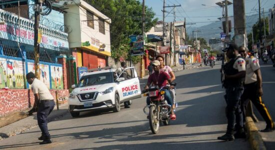 Rua bloqueada em Porto Príncipe, no Haiti
