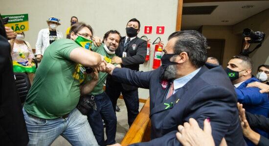 Confusão na Câmara de Porto Alegre durante discussão sobre passaporte vacinal