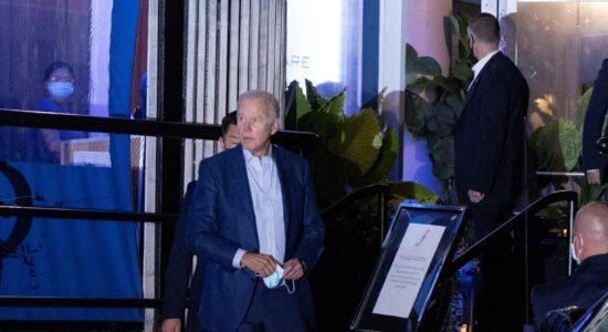 Joe Biden foi flagrado sem máscara em restaurante