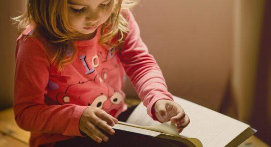 Criança lendo livro (Imagem Ilustrativa)